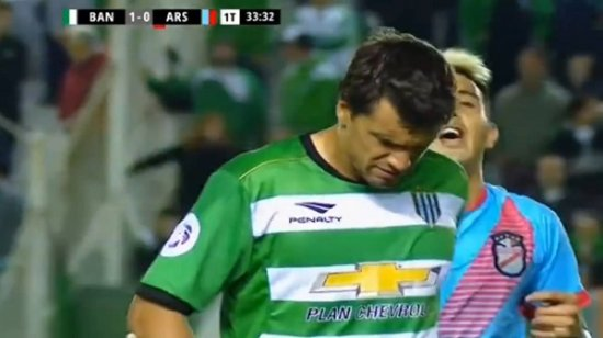 Аргентинский футболист прыгнул на соперника двумя ногами